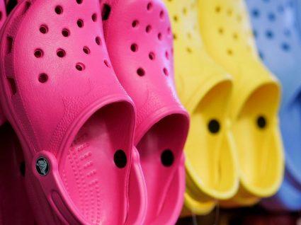 As famosas Crocs podem fazer mal aos pés