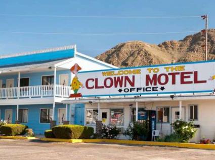 Há um motel de palhaços sinistro à venda. Interessado?