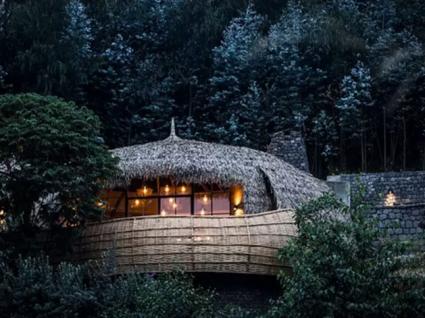 Em África há uma casa da árvore no meio de um vulcão