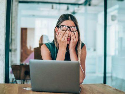mulher desmotivada em frente ao computador