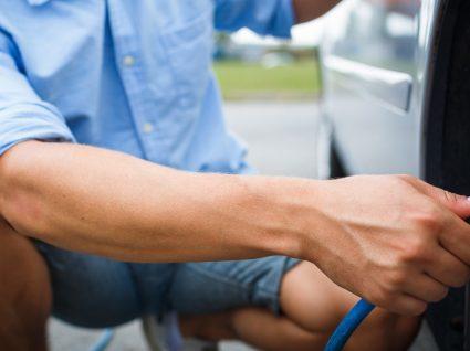 4 trabalhos de manutenção do carro que pode fazer em casa