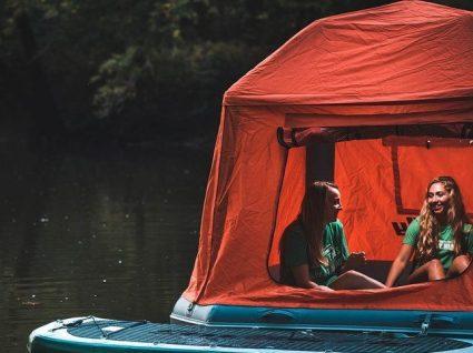 Esta tenda insuflável permite acampar na água