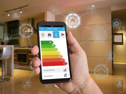 pessoa a ver no telefone a eficiência energética da casa