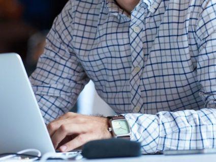 homem a trabalhar ao computador