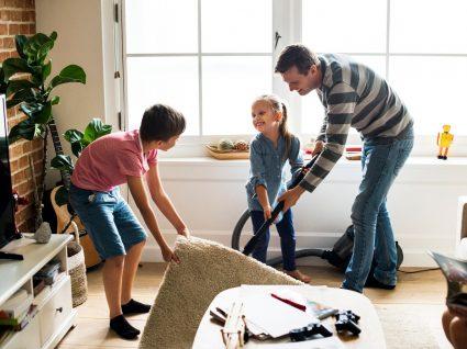 pai e filhos a aspirar a sala
