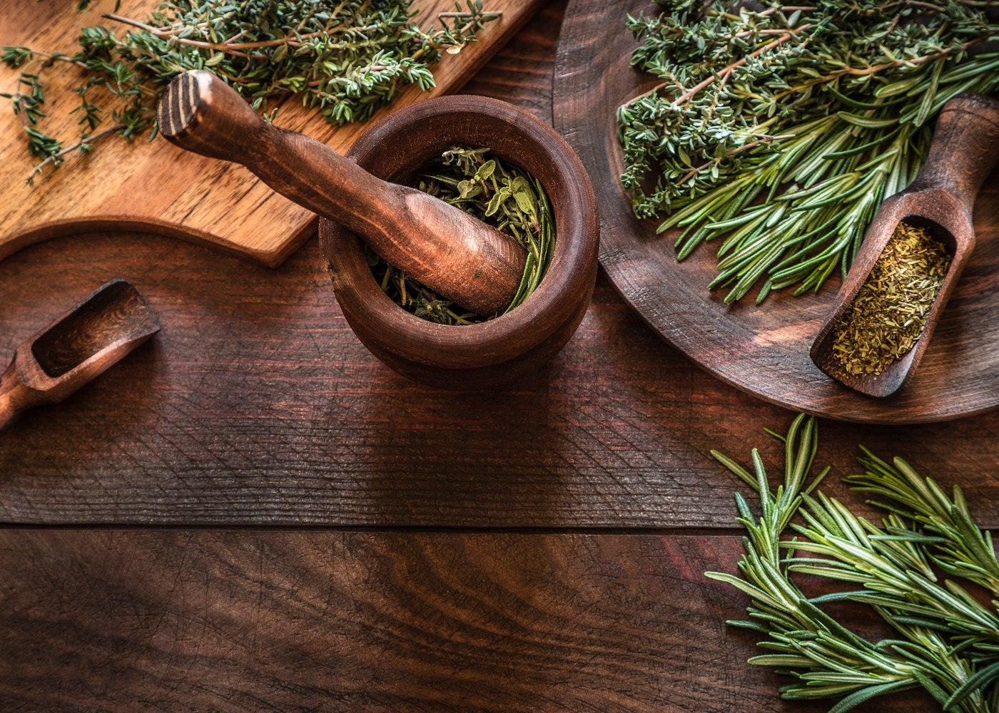 tábua com ervas aromáticas