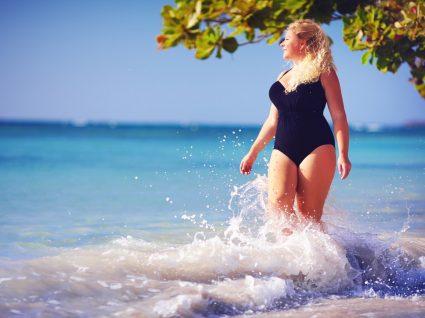 Mulher com fatos de banho plus size