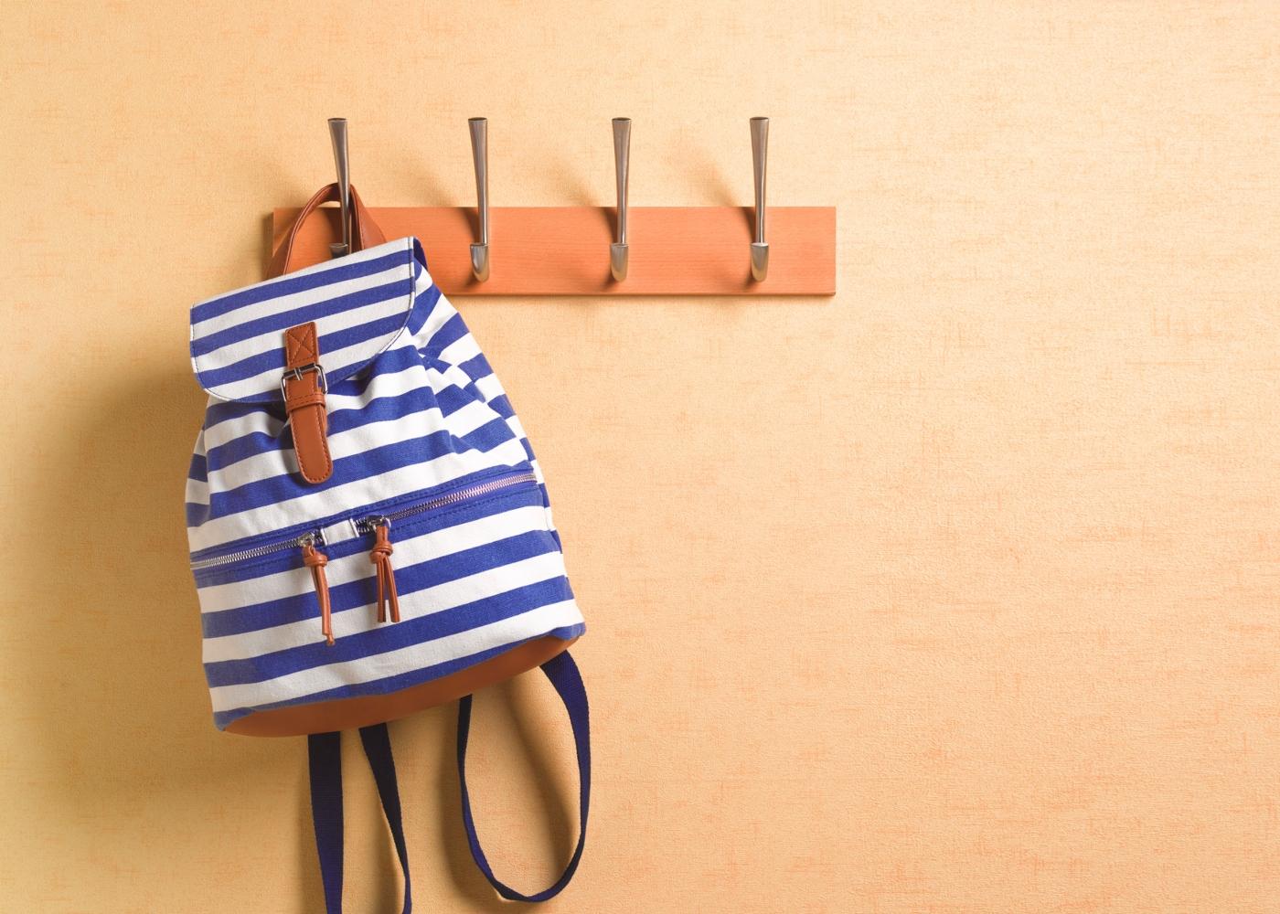 mochila da escola pendurada em cabide