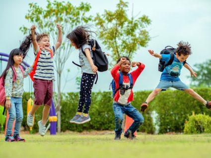 crianças felizes a saltar