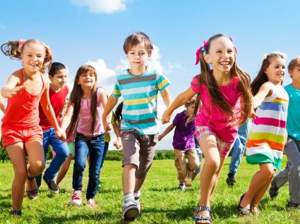 6 brincadeiras antigas que tem mesmo de ensinar aos seus filhos