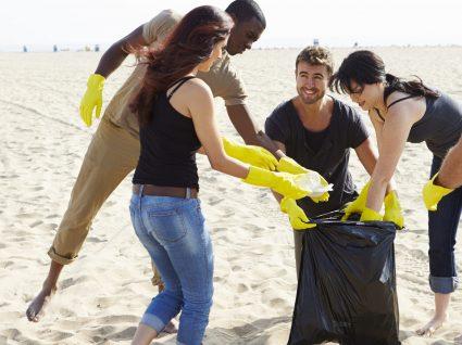 Universidade Europeia, IADE e IPAM limpam praias no Estuário do Sado