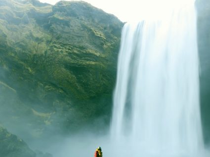 Corra para a Islândia: há um festival de música numa cascata