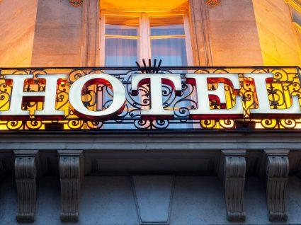 Inglês em viagem: reserva e check-in no hotel