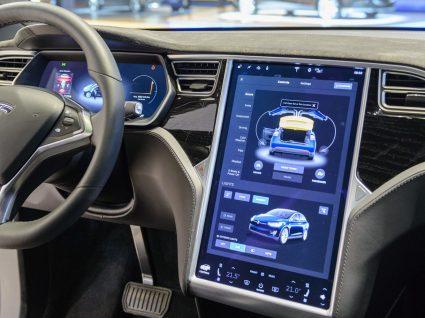 Conheça o interior de um Tesla