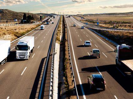 Conduzir na faixa do meio: uma infração grave com multa pesada