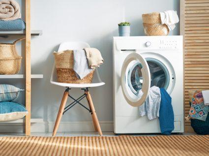 lavandaria com cesto ao lado da máquina