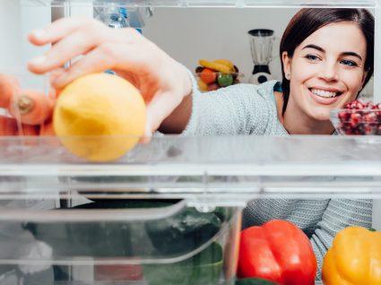 Como limpar o frigorífico sem desperdícios