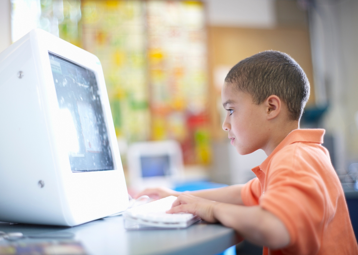criança ao computador a utilizar manuais digitais