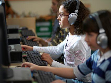 alunos na escola a usar manuais digitais