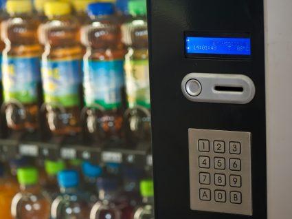 Máquinas de venda de hospitais disponibilizam alimentos proibidos
