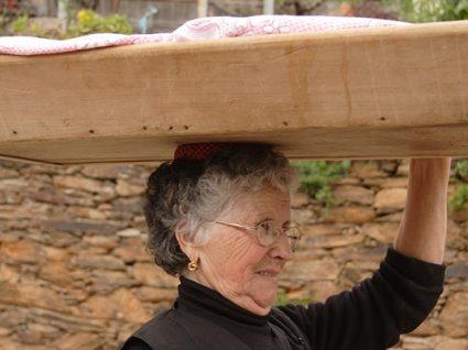 Martim Branco: a aldeia onde ainda se benze a massa do pão