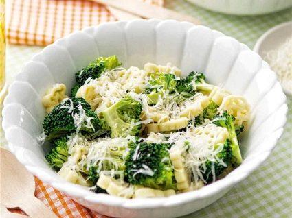 Massa de brócolos com alho assado e molho de queijo de cabra [com vídeo]