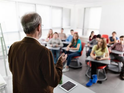 Milhares de professores ainda por colocar nas escolas