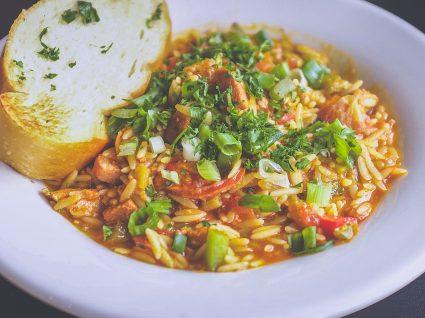 Saiba como fazer arroz malandrinho de tomate