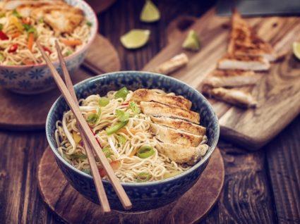 Receita de noodles com molho de amendoim [com vídeo]