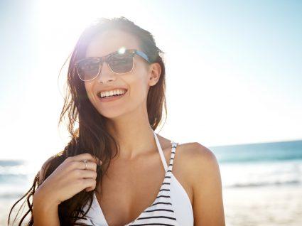 mulher a usar óculos de sol Ray-Ban