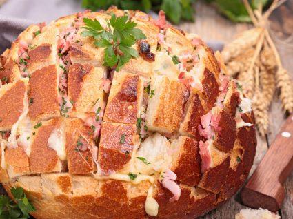 Pão recheado com bacon e 4 queijos: uma mistura incomparável