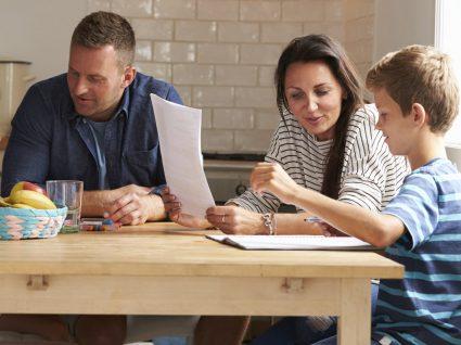 5 razões pelas quais deve dizer aos seus filhos quanto ganha