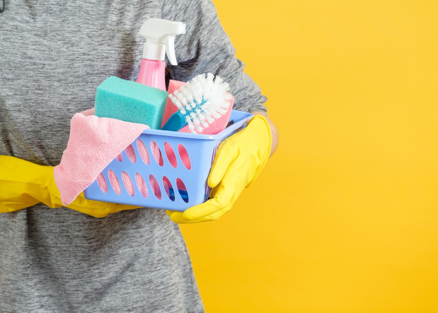 pessoa a segurar produtos de limpeza