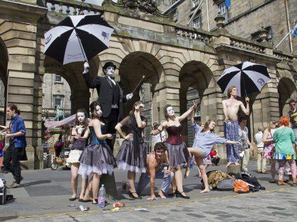 Espetáculos de teatro, música e dança nas ruas da cidade do Porto