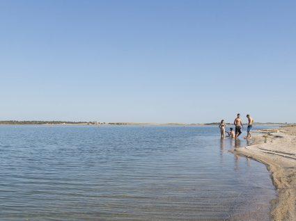 O Alqueva já tem praia. Vai um mergulho?