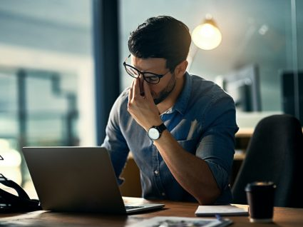 trabalhador exausto a sofrer de presentismo