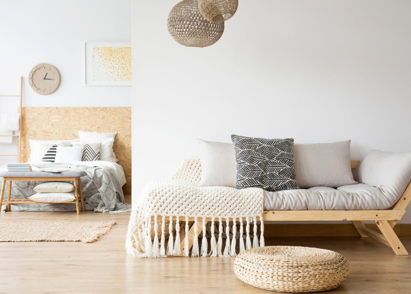 quarto com paredes claras para manter a casa fresca em dias quentes