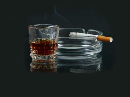 Estudo: quem deixa de fumar diminui o consumo de álcool