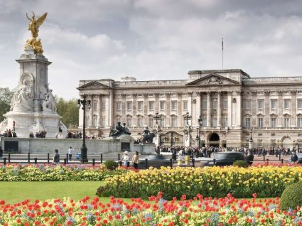 Rainha de Inglaterra está a contratar