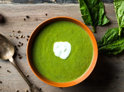 Receita de sopa de espinafre simples e cremosa para saborear todos os dias