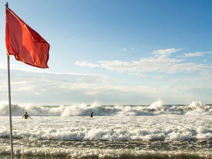 Praia no Algarve interdita a banhos por contaminação microbiológica