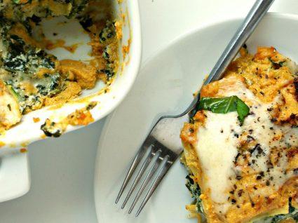 Rolos de lasanha com puré de abóbora e espinafres [com vídeo]
