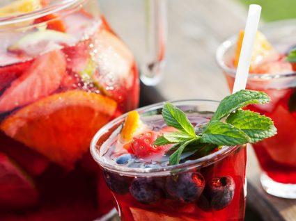 Sangria de vinho tinto e especiarias: uma bebida tropical e irresistível