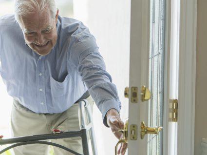 6 sinais de que um idoso já não deve morar sozinho