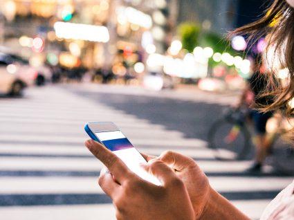 15% dos peões atravessam as ruas distraídos com o telemóvel