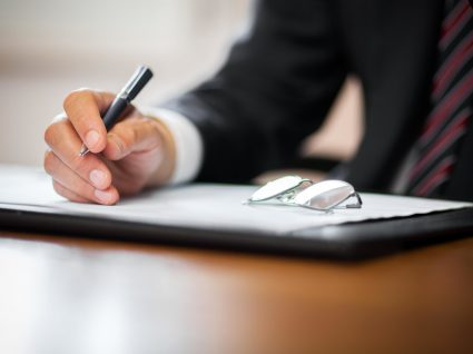 Solicitador: em que difere de um advogado e quando o deve contratar