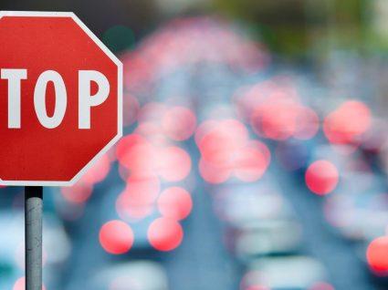 Sabe porque é que o sinal de STOP é vermelho? Explicamos tudo