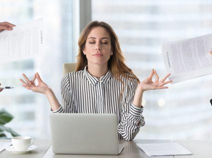 mulher a meditar no trabalho