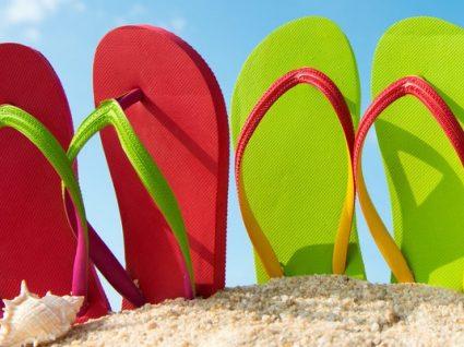 6 chinelos de praia para criança cheios de pinta