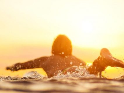 Guia essencial para o surf: melhores praias e escolas